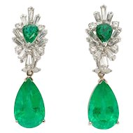 Fashionable Pair of Emerald Gemstone Diamond Gold Dangle Earrings