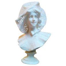 "Marble "" Elegante au chapeau"" signé Pugi"