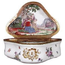 Triangular Porcelain Snuff Box with rounded Edges, Vienna 1750 - 1751