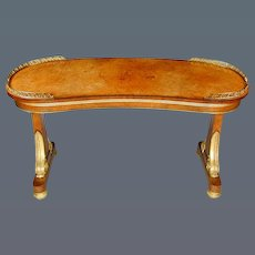 Regency Amboyna and Giltwood Kidney Shaped Writing Table in the manner of Seddon and with Gilt Metal Gallery (c. 1815 England)