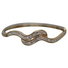 18k - 2.10 ct - Hinged Wavy Oval Bypass Diamond Bangle with Graduated Design in Yellow Gold